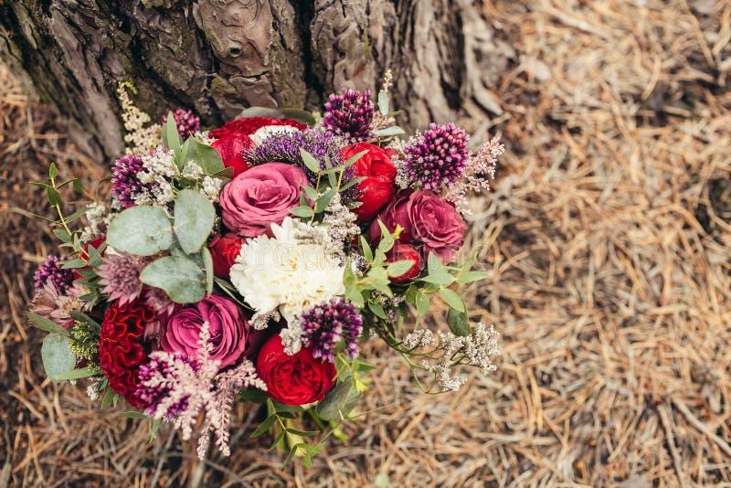 Ramo rústico de la boda de rosa del rojo fotos de archivo