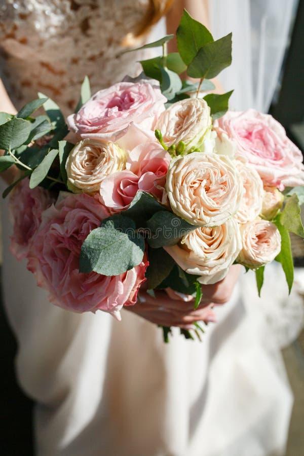 Ramo rústico de la boda hermosa con las rosas blancas y el eustoma fotos de archivo libres de regalías
