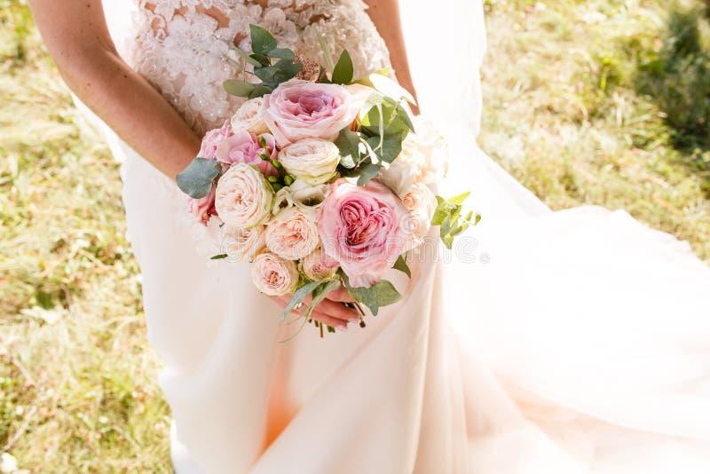 Ramo rústico de la boda hermosa con las rosas blancas y el eustoma imágenes de archivo libres de regalías