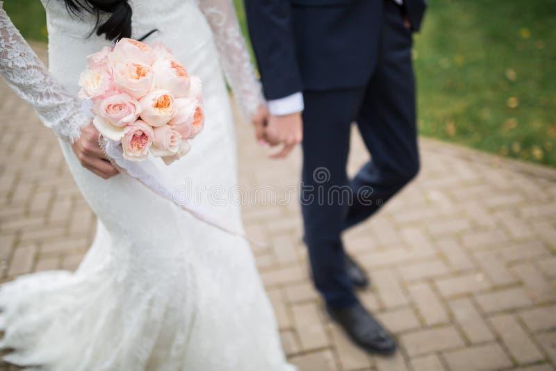 Ramo rico de la boda de rosas de la peonía imagenes de archivo