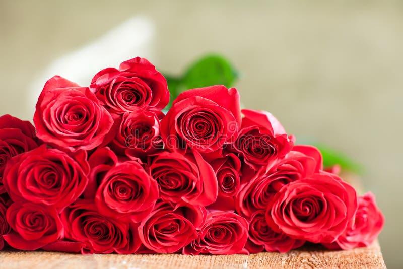 Ramo rojo de las rosas Flores imagen de archivo libre de regalías