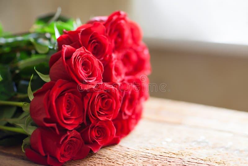 Ramo rojo de las rosas Flores fotografía de archivo libre de regalías
