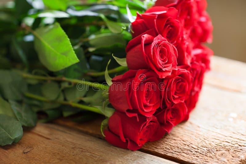 Ramo rojo de las rosas Flores foto de archivo libre de regalías