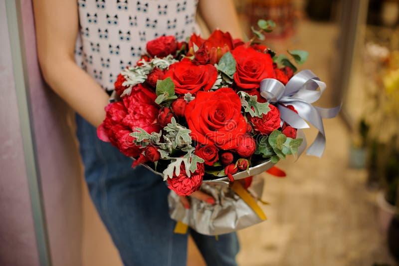 Ramo rojo elegante y elegante de flores hermosas fotos de archivo libres de regalías