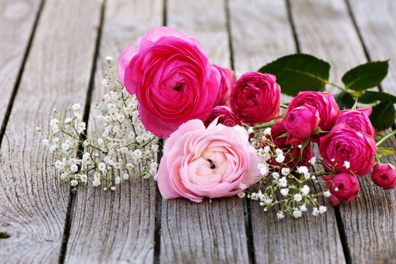 Ramo romántico con las rosas rosadas fotos de archivo libres de regalías