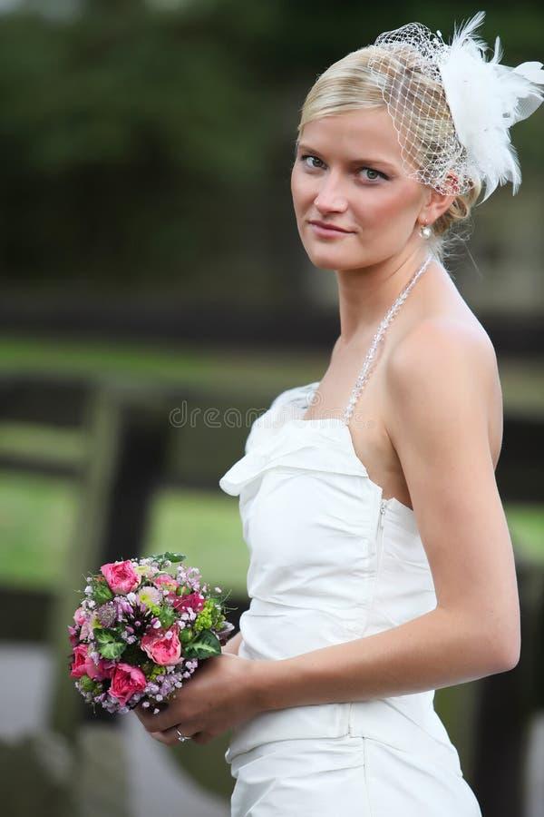 Ramo rubio hermoso de la explotación agrícola de la novia fotos de archivo