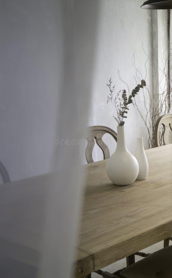 Ramo secado do eucalipto no vaso na tabela de madeira fotografia de stock royalty free