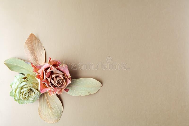 Ramo seco de la composición del vintage con las rosas en fondo del oro Contexto útil para las invitaciones de boda y el otro día  imágenes de archivo libres de regalías
