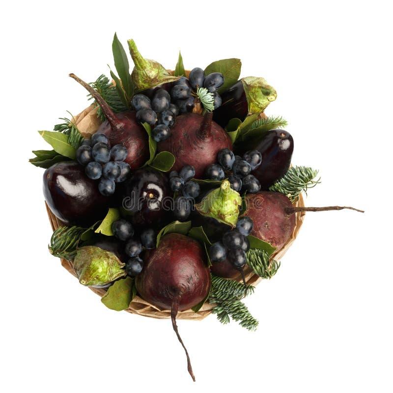 Ramo vegetal comestible original que consiste en las berenjenas, las remolachas, las uvas y las hojas de la bahía aisladas en un  imagenes de archivo