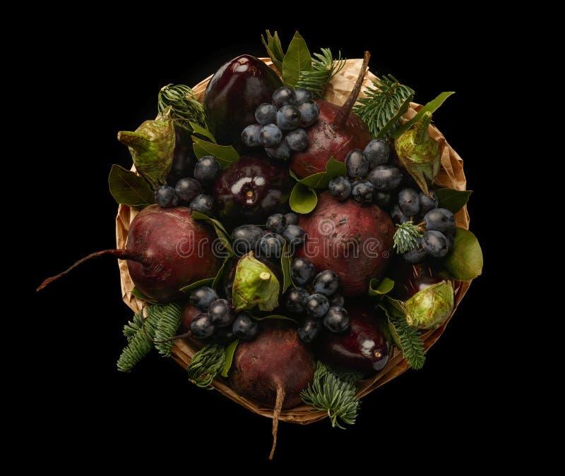 Ramo vegetal comestible original que consiste en las berenjenas, las remolachas, las uvas y las hojas de la bahía aisladas en un  fotos de archivo libres de regalías