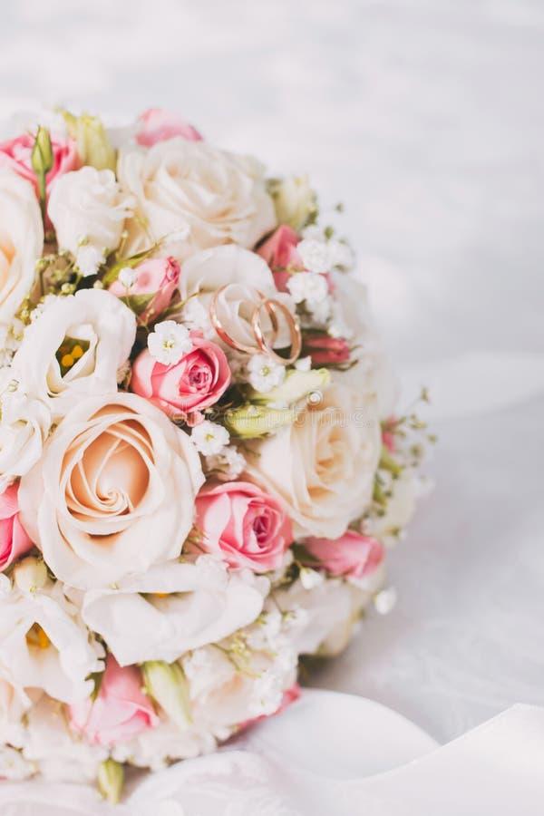 Ramo y anillos de la boda imagenes de archivo