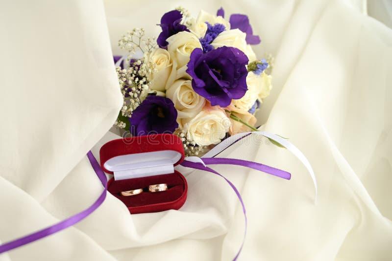 Ramo y anillos de la boda invitación del matrimonio en el fondo blanco con el espacio de la copia fotos de archivo libres de regalías