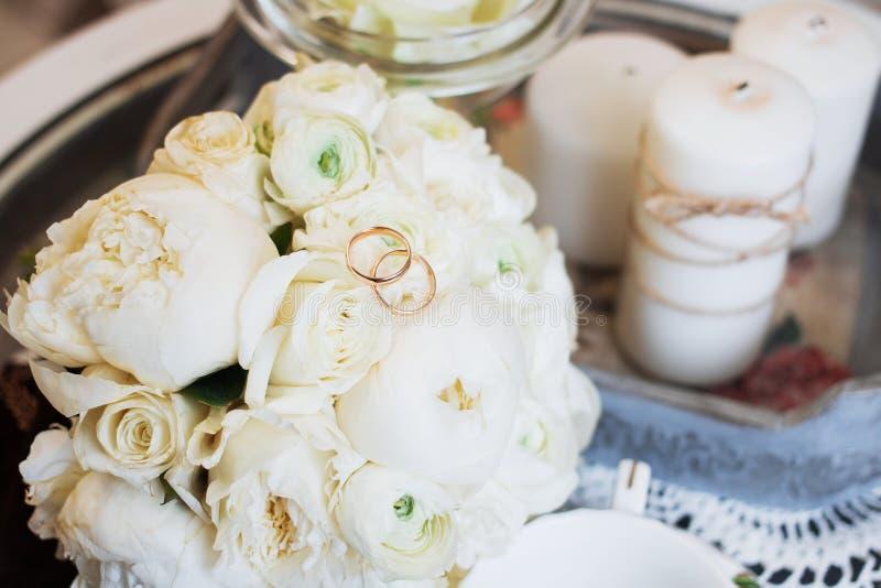 Ramo y anillos hermosos de la boda fotografía de archivo