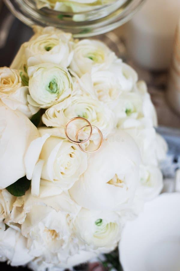 Ramo y anillos hermosos de la boda foto de archivo libre de regalías