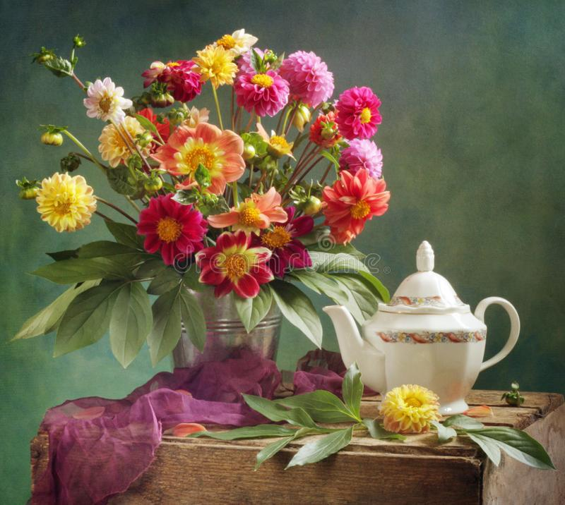 Ramo y té de la dalia imagen de archivo libre de regalías