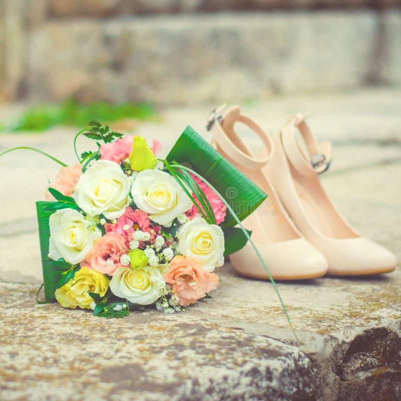 Ramo y zapatos nupciales Decoraci?n hermosa de la boda Accesorios de la novia Boda y boda imagen de archivo