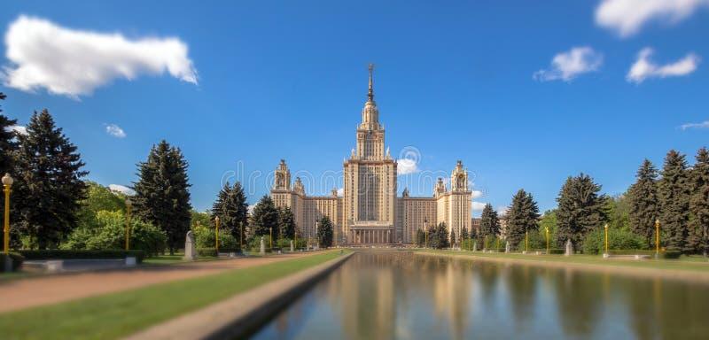 Ramollissez la vue ensoleillée de bord de l'université de Moscou sous le ciel nuageux bleu en été image stock