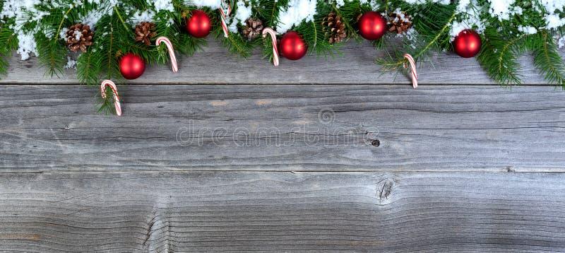 Ramos de árvore cobertos de neve do abeto do Natal com decoratio sazonal fotografia de stock royalty free