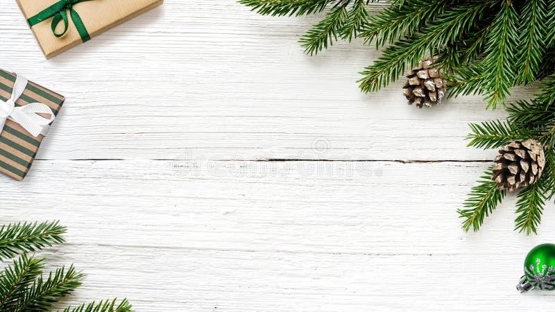 Ramos de árvore do abeto do Natal com fundo das caixas de presente fotografia de stock