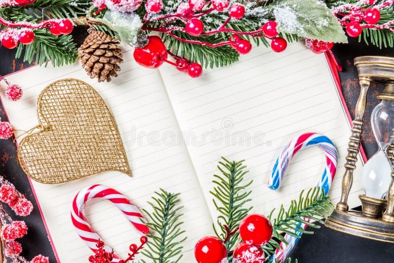 Ramos de árvore do abeto do Natal, decorações, anjo, bastões de doces, quadro vermelho congelado da ampulheta das bagas, do cone  fotografia de stock royalty free