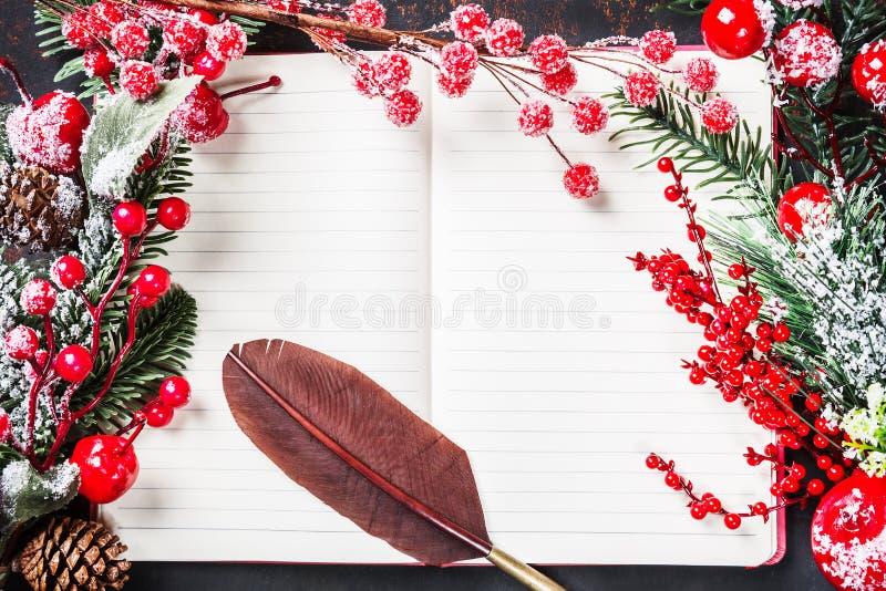 Ramos de árvore do abeto do Natal, decorações, bastões de doces, bagas vermelhas congeladas, cone com quadro velho da pena do vin foto de stock