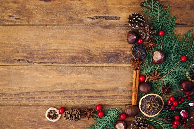 Ramos de árvore do Natal em um fundo de madeira fotografia de stock royalty free