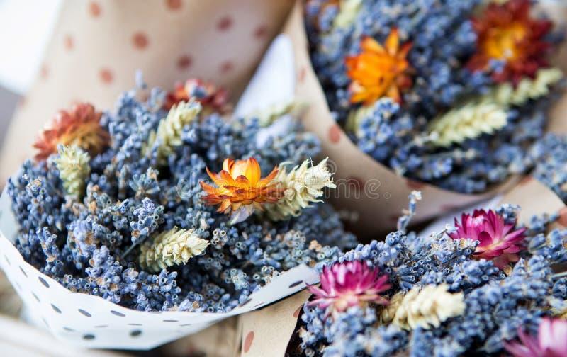 Ramos de flores en una cesta en el mercado imagen de archivo