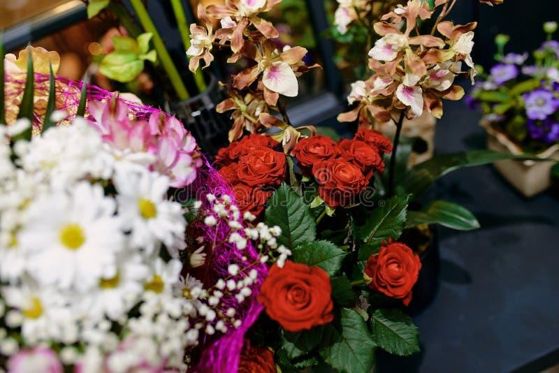 Ramos de flores de las rosas, margaritas, orquídeas imagen de archivo libre de regalías