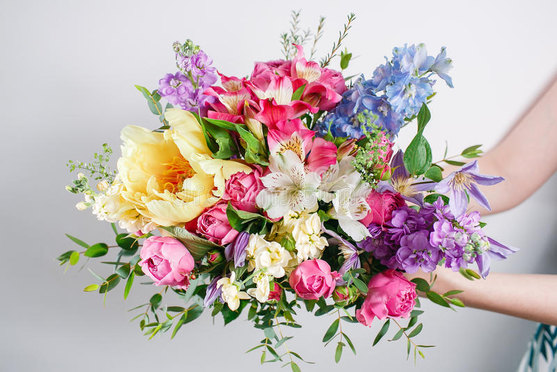 Ramos de lujo de flores mezcladas en las mujeres de las manos imágenes de archivo libres de regalías