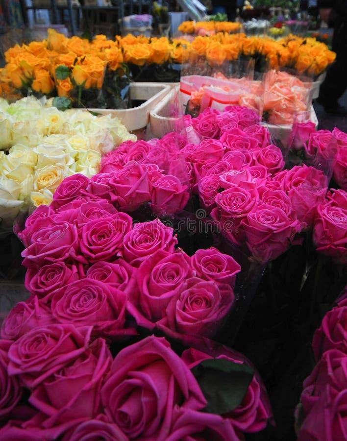 Ramos de rosas en mercado callejero imágenes de archivo libres de regalías
