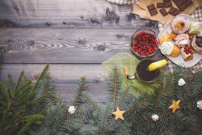 Ramos do abeto do ano novo feliz decorados com as estrelas do pão-de-espécie, as varas de canela, fatias alaranjadas secadas e pi imagens de stock