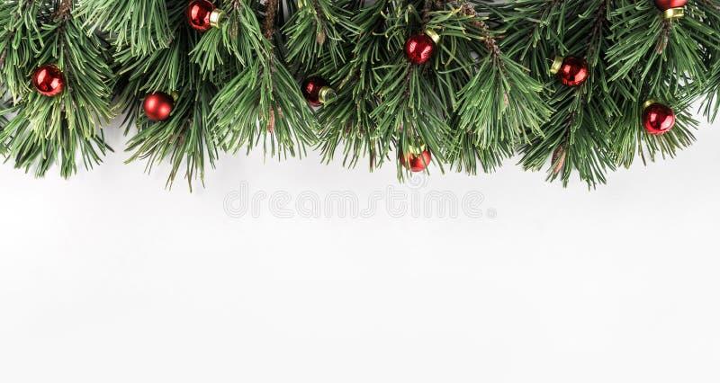 Ramos do abeto do Natal com a decoração vermelha no fundo branco Tema do Xmas e do ano novo feliz foto de stock royalty free
