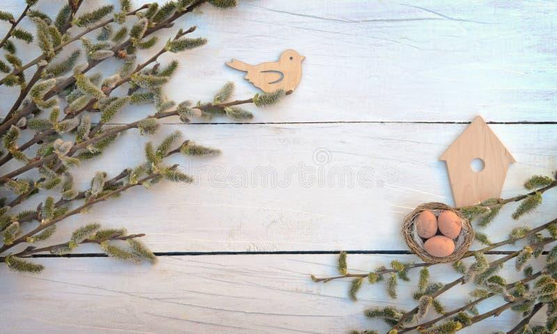 Ramos em placas de madeira velhas Vista superior Um símbolo do renascimento fotos de stock