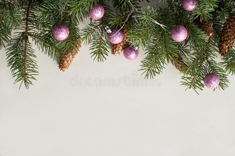 Ramos festivos do abeto decorados com cones de abeto e as bolas cor-de-rosa foto de stock