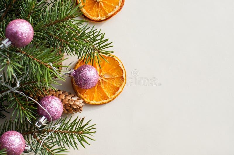 Ramos festivos do abeto decorados com objetos naturais foto de stock
