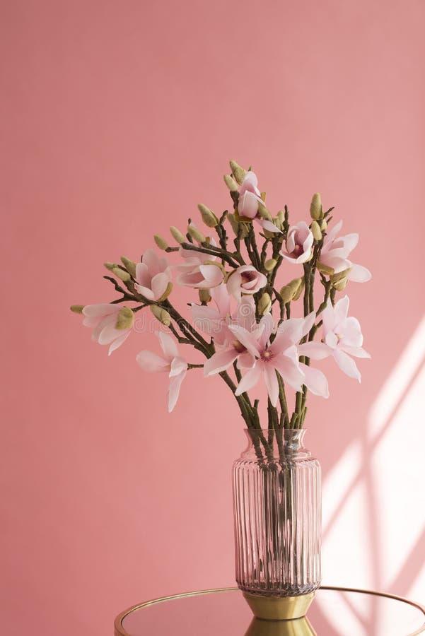 Ramos frescos da cereja das flores brancas em um vaso na tabela Um lugar vazio para um texto inspirado, inspirador ou umas cita?? fotos de stock royalty free