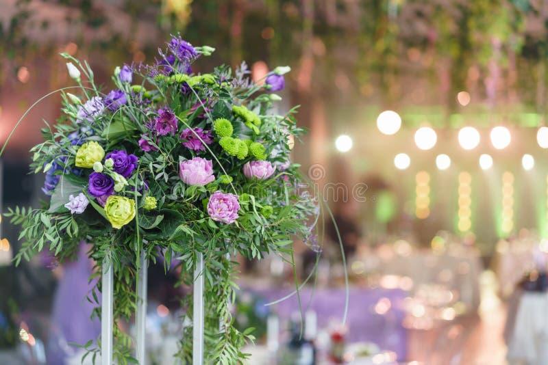 Ramos hermosos de la hortensia en floreros en altos soportes Centro de flores en las tablas en la recepción nupcial de lujo adent foto de archivo