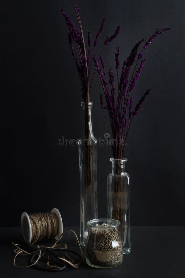 Ramos secos de la lavanda en las botellas cristalinas fotografía de archivo libre de regalías
