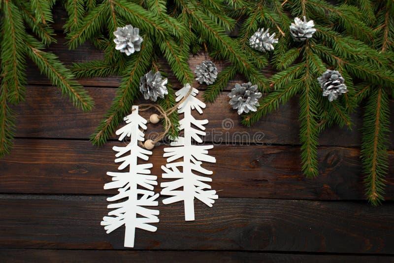 Ramos spruce vivos verdes em um fundo de madeira escuro Fundo do ano novo com cones e árvores de Natal do cartão Vista superior fotografia de stock royalty free