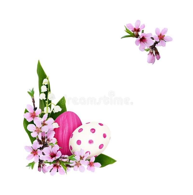 Ramoscelli della primavera dei fiori e del mughetto della pesca con painte fotografie stock libere da diritti