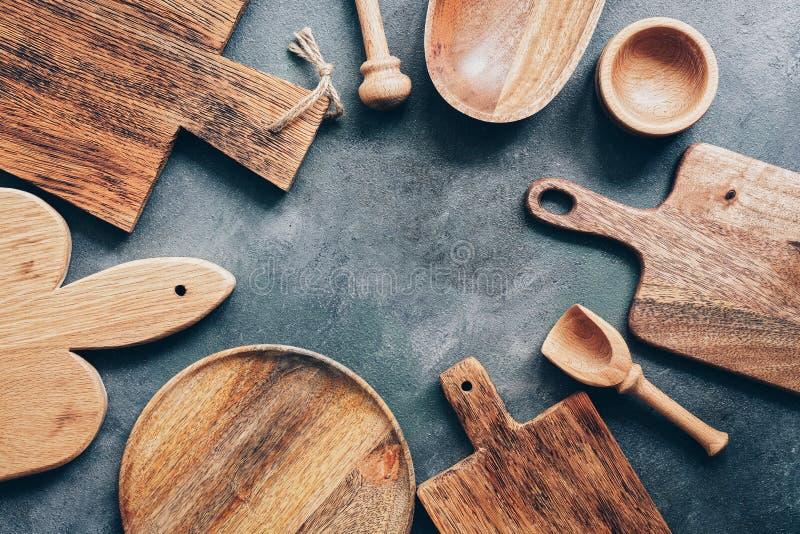 Ramowi drewniani kuchenni naczynia, tnące deski, puchar, talerz, moździerz i tłuczek, miarka Mieszkanie nieatutowy, odg?rny widok fotografia stock