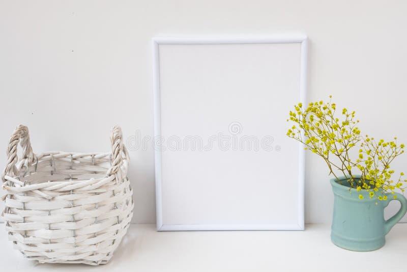 Ramowy mockup, łozinowy kosz, miotacz z kwiatami na białym tle, projektował wizerunek dla marketingu produktu fotografia royalty free