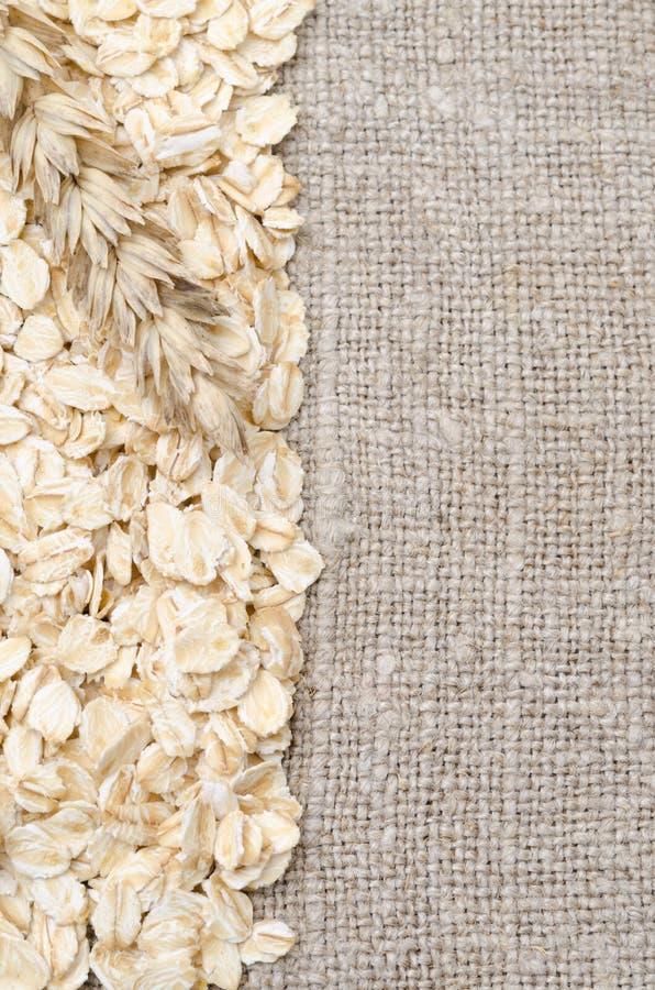 Ramowy oatmeal i banatki ucho na burlap tle obrazy stock