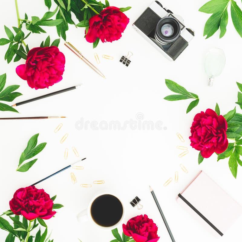 Ramowy workspace z dzienniczkiem, retro ekranową kamerą, peonia kwiatami, filiżanką i akcesoriami na białym tle, Mieszkanie nieat zdjęcie royalty free