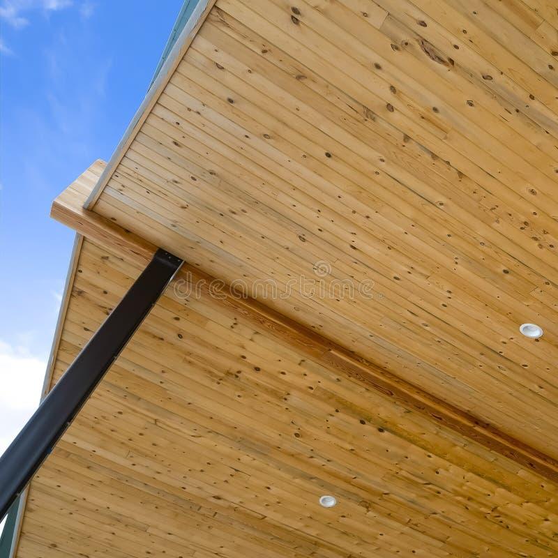 Ramowy zakończenie w górę widoku spód dach dom z niebieskiego nieba tłem obrazy stock