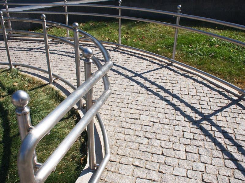 Ramp för fysiskt utmanat från granittrottoaren royaltyfria foton