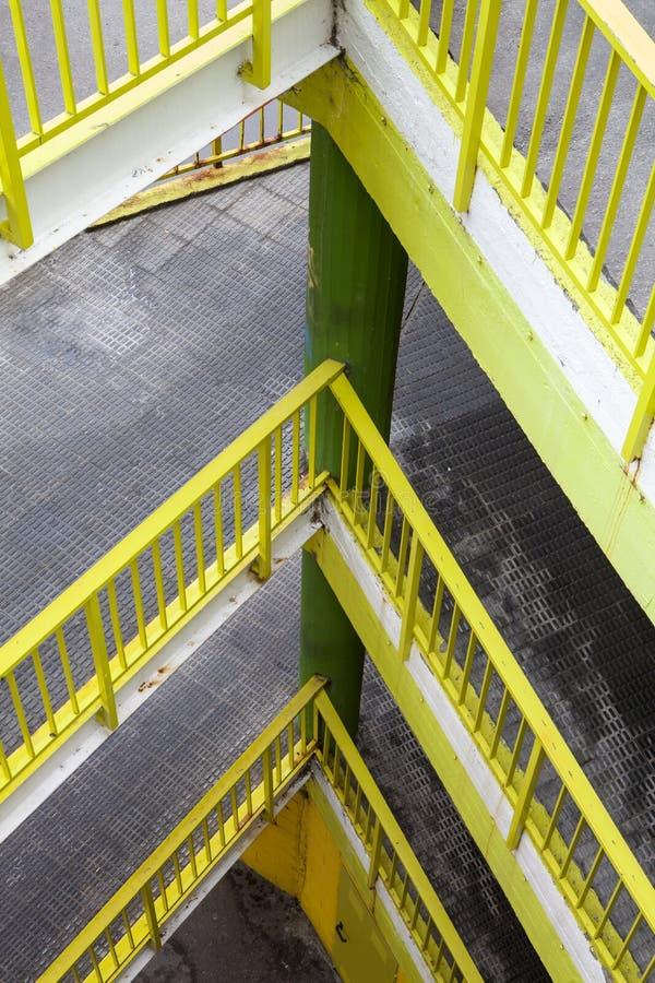 Rampa com diversos assoalhos Trilhos amarelos imagens de stock royalty free