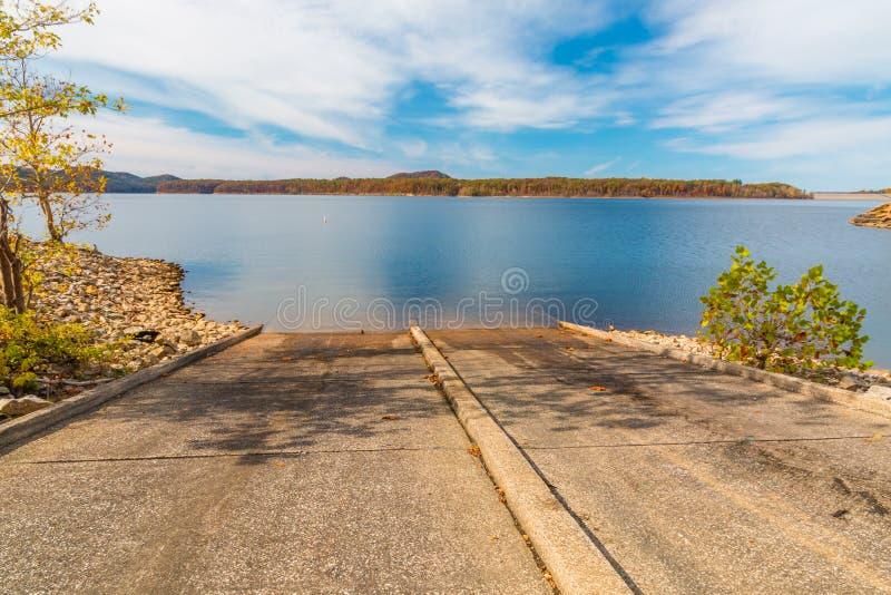 A rampa do barco no lago fotografia de stock