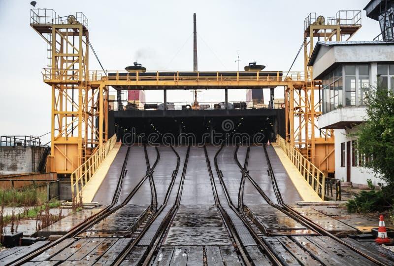 Rampa ferroviaria para las naves industriales del transbordo rodado fotografía de archivo libre de regalías