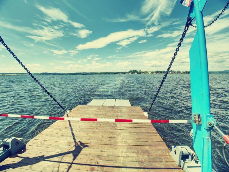 Rampa lateral aberta no ferryboat pequeno do carro e do passageiro no lago imagem de stock royalty free